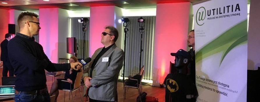 """Piotr Witek, pracownik Utilitii, przedstawia dziennikarzom projekt """"EchoVis"""" na konferencji prasowej """"Game Inn""""."""