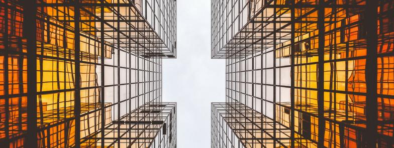 Szklane biurowce widoczne z perspektywy chodnika
