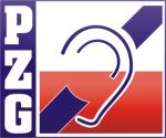 """Logo Polskiego Zwiąku Głuchych. Logo ma kształt kwadratu. Po lewej stronie znajduje się pionowy, granatowy pasek z białymi literami """"PZG"""". Po lewej znajduje się kolejny kwadrat podzielony na część białą i czerwoną (niczym flaga Polski). Pośrodku kwadratu umieszczone zostało ucho, które w poprzek przecina ukośny pasek, sympolizując Polski Związek Głuchych."""