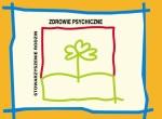 """Logotyp Stowarzyszenia Rodzin Zdrowie Psychiczne. Logotyp posiada kwadratowy kształt i umieszczony jest na żółtym tle. Całość wygląda niczym obrazek namalowany przez dziecko. Po bokach znajdują się niebieskie linie, które przypominają kratkę w zabawie """"kółko i krzyżyk"""". Tło grafiki ma kolor wyblakłej żółtej barwy. Rysunek, który znajduje się w logo przedstawia rosnące drzewo oraz trawę. Składa się na nią głównie zielone obramowanie. Oba elementy wykańcza czerwona linia, która biegnie od lewej strony do prawej i przypomina kwadratowe wykończenie litery U. Nad liniami oraz z boku znajduje się napis Stowarzyszenie Rodzin Zdrowie Psychiczne."""