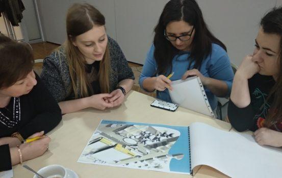 Zdjęcie przedstawia grupę trzech uczestniczek szkolenia Bliżej dostępności, która analizuje jeden z projektów
