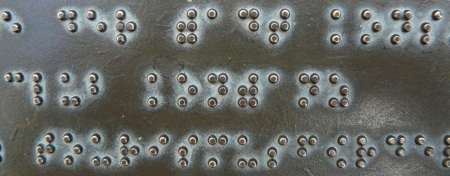 Tablica z fragmentem tekstu napisanym w alfabecie braille