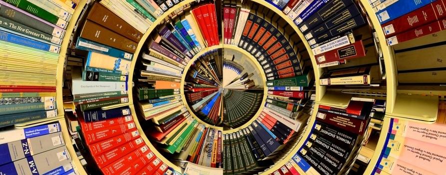 Mozaika złożona z setek książek