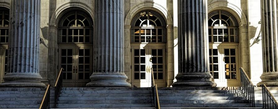 Obrazek przedstawia schody i wejście do wielkiego budynku.
