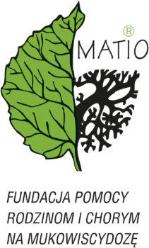 Logotyp Fundacji MATIO. Logo ma prostokątny kształt i utrzymane jest w czarno-zielonej kolorystyce. Zielony jest jedynie liść, który widnieje po lewej stronie i zajmuje znaczną część logo. Trochę przypomina mózg. Od liścia, na prawo odchodzi drzewo, a nad nim mieści się napis MATIO. Pod grafiką umieszczono napis Fundacja Pomocy Rodzicom i Chorym a Mukowiscydozę.