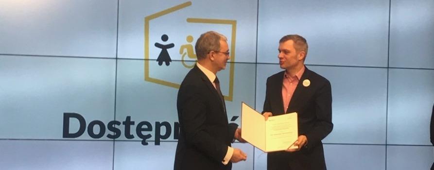 Zdjęcie przedstawia Prezesa naszej Fundacji Aleksandra Waszkielewicza oraz ministra Inwestycji i Rozwoju podczas wręczania nominacji na członka zespołu Rady Dostępności.