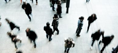 zdjęcie przedstawia ludzi stojących i chodzących po dużym placu