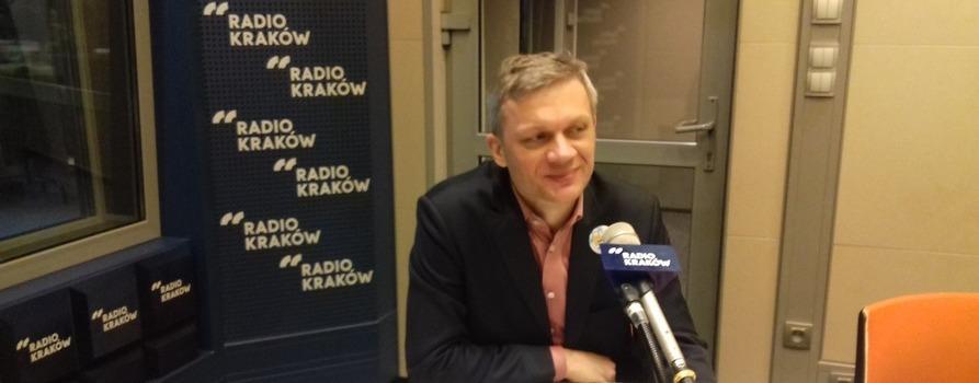 Aleksander Waszkielewicz w studiu radia Kraków podczas wywiadu