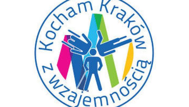 kolorowy logotyp tygodnia osób z niepełnosprawnościami - niebieski napis Kocham Kraków z wzajemnością w kole z biały tłem w środku. Wewnatrz znajdują się kolorowe - zielone, niebieskie oraz różowe i żółte kształty jakby góry, jest też sylwetka człowieka w trzech różnych pozycjach. To logotyp tygodnia osób z niepełnosprawnościami.
