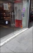 Przezroczyste, szklane drzwi w punkcie informacyjnym w Krakowie