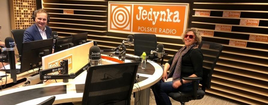 w studiu Polskiego Radia siedzi kobieta - Prezeska naszej Fundacji i jeden z redaktorów prowadzących rozmowę. Rozmowa dotyczyła projektu nowej ustawy o dostępności.