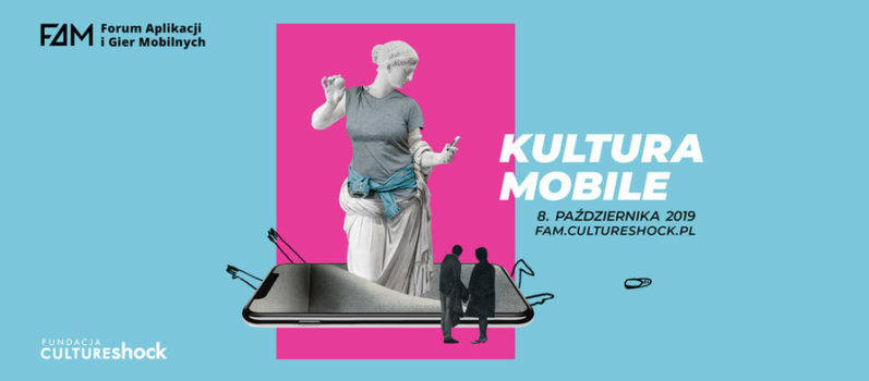z leżącego smartfona z lekko pękniętym frontem wychodzi rzeźba kobiety, ubrana w koszulkę, w dłonie trzyma samrtfona. przed nią stoją dwie zamyślone osoby. To plakat zapraszający na IV forum aplikacji moblinych