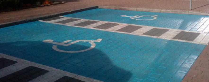 miejsce postojowe dla osób z niepełnosprawnościami prawidłowo oznaczone, znajdujące się przed jednym z małopolskich urzędów. To ilustracja do uruchomienia funduszu dostępnościowego