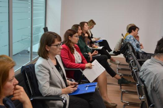 grupa uczestniczek i uczestników małopolskiego konwentu, wszystkie osoby siedzą na krzesłach i słuchają
