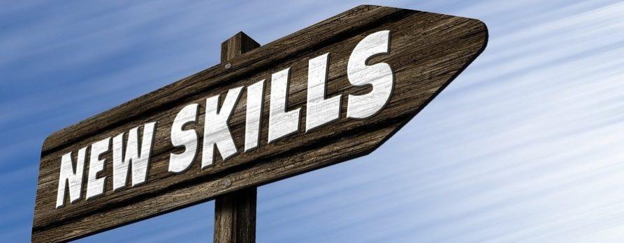 na tle niebieskiego nieba znak drogowskaz z napisem new skills czyli nowe umiejętności. To ilustracja ogłoszenia naboru do naszego projektu przez staż do zatrudnienia.