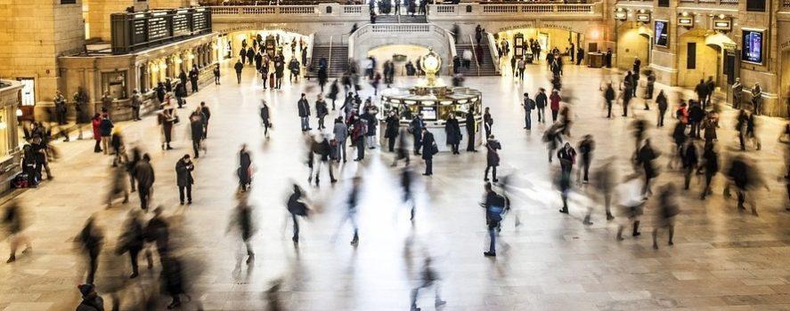 tłum poruszających się ludzi na Grand central w Nowym Jorku. To ilustracja do warsztatów z echolokacji które organizujemy 15 listopada