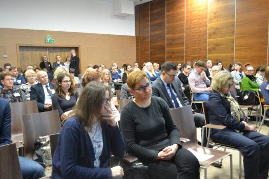 uczestnicy konferencji - siedzące kobiety i mężczyźni