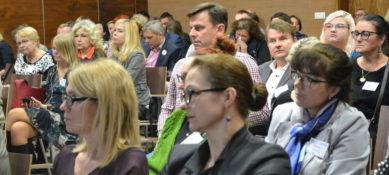 duża grupa ludzi siedzących w dużej sali, kobiety i mężczyźni są zasłuchani. To uczestnicy XIII konferencji pełnos(s)prawny student