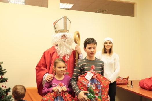 dzieci Anielka, Dominik oraz święty Mikołaj i jego pomocnica pozują do zdjęcia