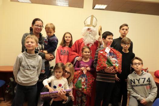 dzieci pracowników naszej Fundacji razem z rodzicami i świętym Mikołajem