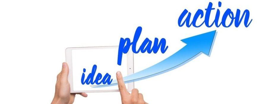 na białym tle jest niebieska strzałka, która idzie do góry. Są też palce dłoni, które jakby układają słowa - idea, plan, action. Ilustracja do karty innowacji społecznej