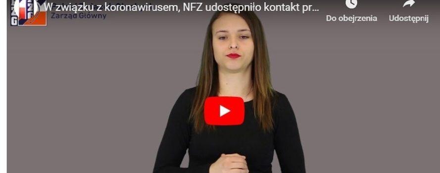 młoda kobieta, bruneta stoi na ciemnym tle. Ma usta pomalowane na czerwono. To tłumaczka języka migowego, jest to kadr z jej komunikatu o możliwości otrzymania informacji na temat koronawirusa.