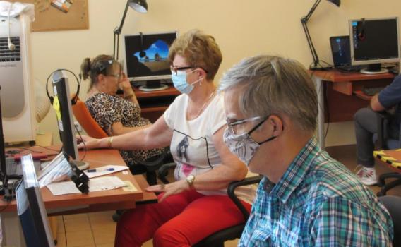 Uczestnicy zajęć pilnie wpatrzeni w monitory komputerów.