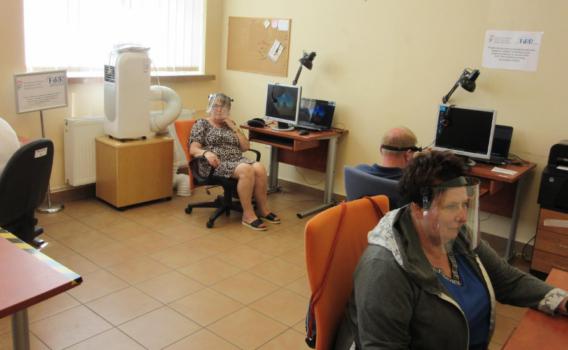 Uczestnicy projektu pracują przed komputerami.