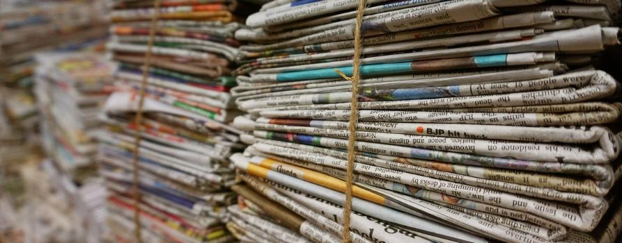 Ogromna sterta gazet związanych sznurkiem