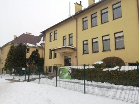 budynek szkoły w więcławicach starych. wokół zimowa sceneria.