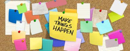 """dużo kolorowych karteczek przypiętych do korkowej tablicy. na jednej z nich napis """"make things happen"""""""