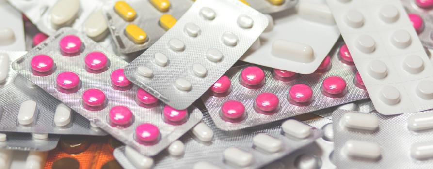 dużo leżących na sobie listków kolorowych tabletek