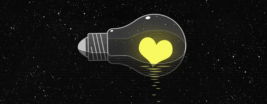 żarówka na tle czarnego gwieździstego nieba. w środku żarówki znajduje się świecące serce.