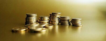 złote monety eurocent ułożone na kupkach