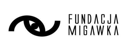 logo na białym tle czarny napis fundacja migawka z lewej strony piktogram oka